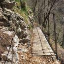 varno čez mostiček nad prepadno grapo