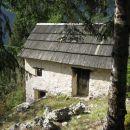 zapuščena hiška v samotnem bregu, le kakšno je bilo tu življenje?