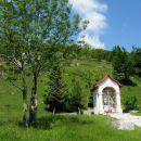 kapelica ob glavni cesti pred katero skrenemo levo strmo v hrib...