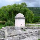 kupolasto oblikovan vodnjak v vasi gradinje
