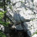 ratkovo zavetišče je stisnjeno pod visoko pečino