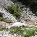skromni potoček teče čez skale