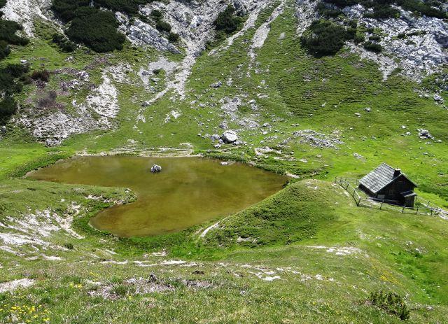 Jezerce vodotočnik v obliki srca in pastirska hiška