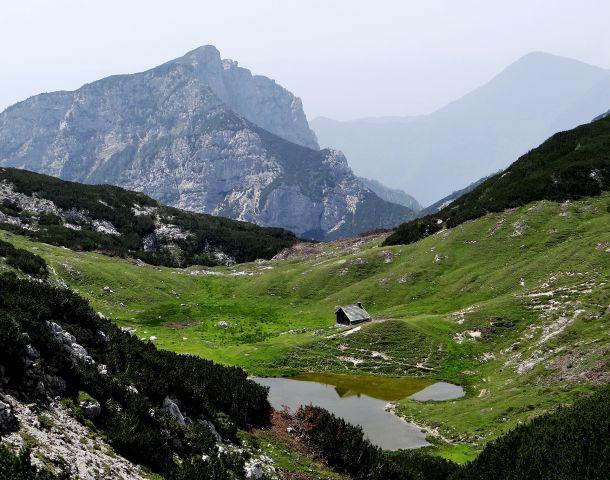 Pogled na vodotočnik in steno rzenika s poti na sedlo pot tolstim vrhom