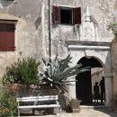 vhodni portal v stari del mesteca mošćenice, 173 m nad mošćeničko drago