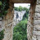 pogled skozi okno, ruševine so nezavarovane, tik nad prepadom