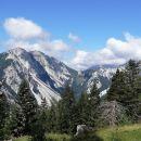 pogled proti zelenici in vencu gora okoli nje