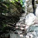 v skalo vklesane stopnice k zgornjemu slapu
