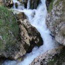 slap se nadaljuje v potok, ki teče v bistrico