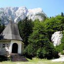 kapelica in balvan-plezalni vrtec pri aljaževem domu