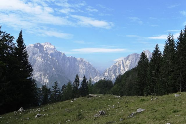 Kulisa vrtaške planine: levo očak, desno stenar, vmes prelaz luknja