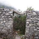 notranjost prerašča ruševje, tale obok se bo zdaj zdaj zrušil