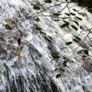 voda drsi čez skalnati trebuh...