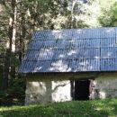zapuščena hiška na vrhu soteske