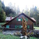 lesena planinka pri koči