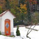 ..do te kapelice, kjer skrenemo desno čez travnik v gozd