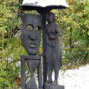 ob poti nekaj lesenih kipov