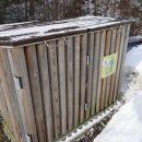 zakaj bi metali smeti v kontejner, če jih lahko čez ograjo v sotesko?!