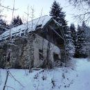 propadajoča hiša ob romarski poti še kar vztraja