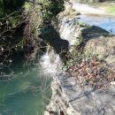 potok supot teče čez cesto, ki se vzpenja proti koštaboni