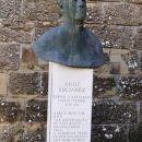 spomenik pred cerkvijo
