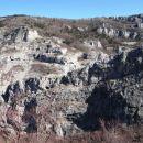pogled na divjo pokrajino na drugi strani doline Glinščice