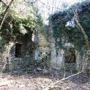 ruševine nekega življenja nekoč, v grapi ob vodi