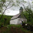cerkvica sv. ane na vzpetini nad cesto
