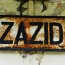 stara tabla železniške postaje, ki se več ne uporablja