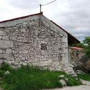 v rakitovcu je veliko starih kraških hiš