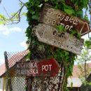 v Suhorju se križata Grajska pešpot in Kočevska planinska pot