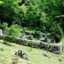 majhno vaško pokopališče pri cerkvici