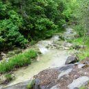 pri potoku, ki čez nekaj metrov postane slap