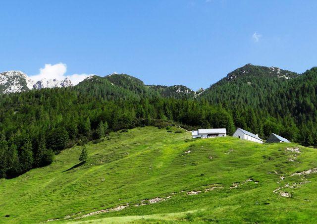 S sedla rudni vrh proti koči Somdogna, ki je še zaprta
