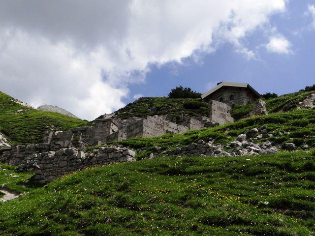 Bivak gemona je urejen v ostankih ruševin iz 1. sv. vojne