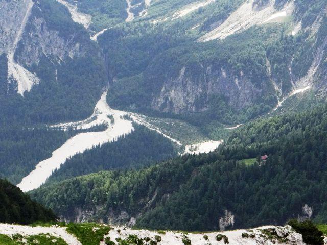 Približan pogled na zatrep doline zajzera, desno se vidi streha koče grego