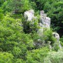 skalni grad nad potokom