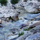 ob potoku mrzla voda po dolini navzgor