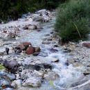 vode v potoku je malo