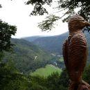 izrezljan ptič ob poti in pogled na kolpo