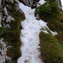 previdno po snegu pod gornjim krivim robom