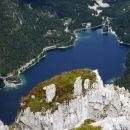 približano rabeljsko jezero z otočkom