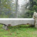 litopunkturni kamen na sveti gori: prevrnjen ali namenoma takole položen?