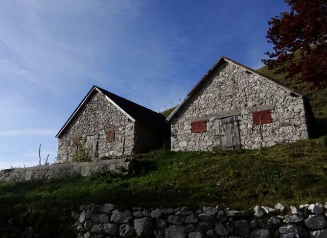Prijazni stari stanovi na planini sleme