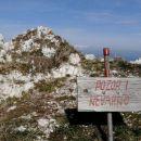 na avstrijsko stran je vrh strmo odrezan, nevarno če se približaš robu