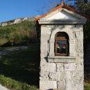 kapelica pri pokopališču, pot na kuk se odcepi pred pokopališčem