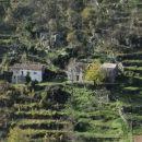 približane hiše na drugi strani doline, nad vasjo potoki
