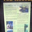 informativna tabla ob vaški lipi, kapelici in kalu sredi vasi