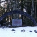 pri tem spomeniku po desni gozdni cesti...