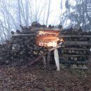 osvetljene jaslice v skladovnici drv